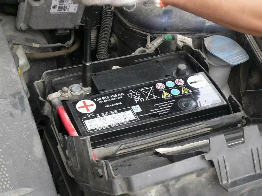 蓄电池也就是电瓶,是汽车电器的动力来源,车灯,车载音响等车内电器都