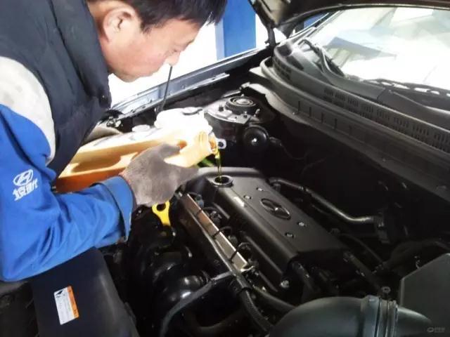 汽车保养|注意,这样加润滑油,对发动机的损害很大!